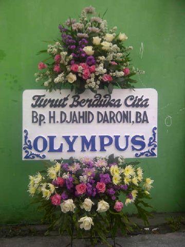 Kirim Rangkaian Bunga Krans (Standing Flower) Untuk Kerabat Yang Berduka di Cilacap